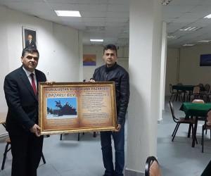Başkan Yalçın, esnafa tablo hediye etti