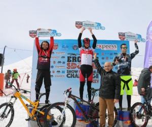 Bisiklet tutkunları Erciyes'te kara meydan okudu