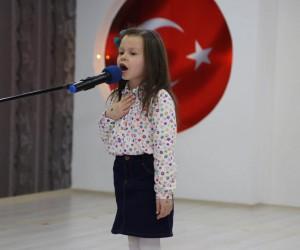 Minikler, İstiklal Marşı'nı güzel okumak için yarıştı