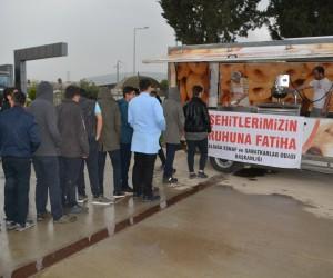 Aliağa esnafı Afrin şehitleri için lokma dağıttı