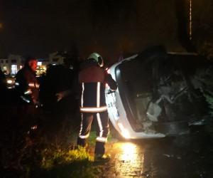 Lastiği patlayan otomobil ağaçlık alana devrildi: 2 yaralı