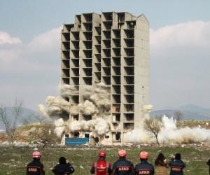 300 kilo dinamitle yıkılmayan 13 katlı binanın kendiliğinden çökme anı kamerada