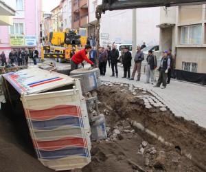 Sivas'da apartman boşluğuna devrilen kamyon iki saatte çıkarıldı