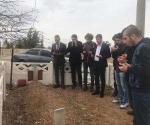 Geleceğin doktorları, silahlı saldırıda ölen Başhekimi mezarı başında andı