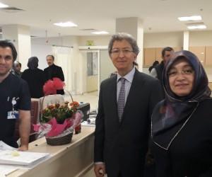 Başkan Ay'ın eşinden doktorlara çiçek