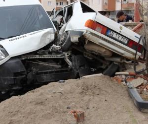 Sivas'ta otomobil ile öğrenci servisi çarpıştı: 3 yaralı