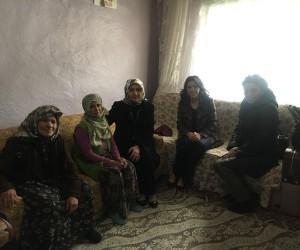 Nilgün Azizoğlu, okuma yazma seferberliği için köyleri ziyaret ediyor