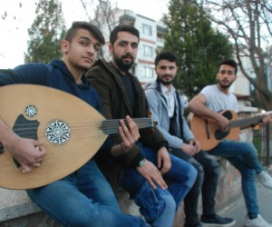Tokat'ta 4 öğrenci sokak müziği yaparak harçlıklarını çıkartıyor