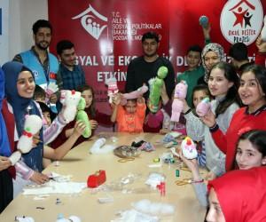 Mülteci çocuklar savaşın izlerini oyuncak yaparak unutuyor