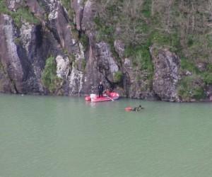 Baraj gölünde içinde bulunduğu teknenin alabora olması sonucu kayıp olan şahsı arama çalışmaları sürüyor