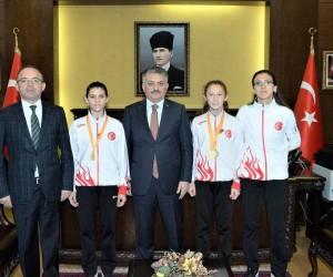 Vali Yazıcı, dünya şampiyonu sporcuları ödüllendirdi