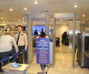 (Özel)Atatürk Havalimanı'nda kaçak yolculara sirenli önlem