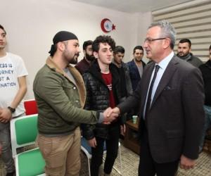Gençlere teşekkür belgelerini Başkan Köşker verdi