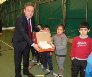 Hayırsever iş adamı Ağrılı tenisçilere ayakkabı desteği