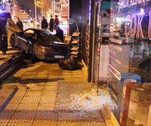 Bağdat Caddesi'nde lüks otomobil dükkana girdi