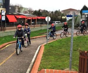 Bisikletini alan öğrenciler sürmeyi öğreniyor