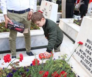 Şehit amcasının mezarı başında en acı oyun