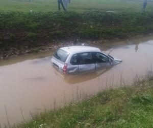 Otomobil su kanalına uçtu: 2 yaralı