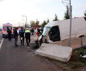 Kamyonet, polis noktasındaki beton bariyerlere çarptı: 1 ölü