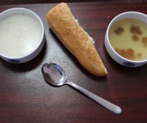 Öğrencilerin menüsü yağlı buğday çorbası ve üzüm hoşafı