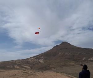Gökyüzünde paramotorla dev Türk bayrağı açılarak çifte zafer kutlandı