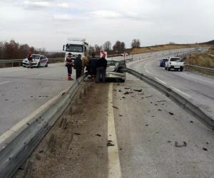 Bariyerlere çarpan araç sürücüsü ağır yaralandı