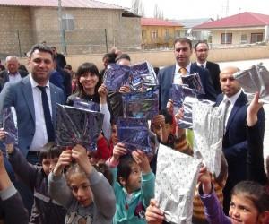Hakim ve savcılar köy okulunda öğrencilere kitap dağıttı