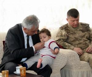 Vali Toprak, şehit ailelerini evlerinde ziyaret etti