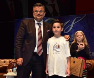 Ödülünü Başkan Yağcı'nın elinden aldı
