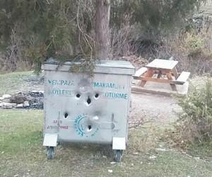 Şehir magandaların bu seferki hedefi çöp konteynırı oldu