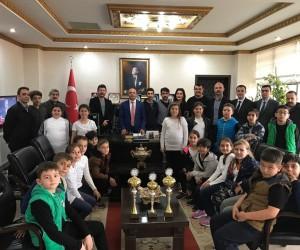 Halk oyunları şampiyonları Kaymakam Öner'i ziyaret etti