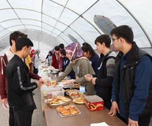 Lise öğrencileri Mehmetçik Vakfı için kermes düzenlendi