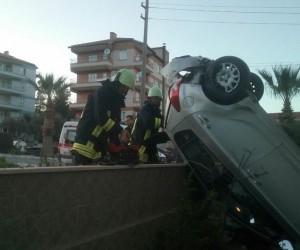 Kontrolden çıkan otomobil bahçe duvarına çarpıp askıda kaldı
