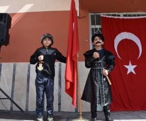 Kayı kostümü giyen öğrenciler Nevruz'u kutladı
