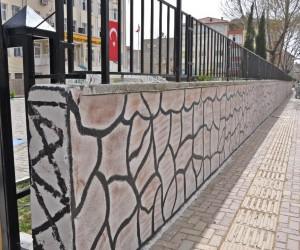 Okul bahçe duvarı belediye ekiplerince boyandı