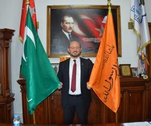 Başkanın makam odasında dikkat çeken sancak ve bayrak
