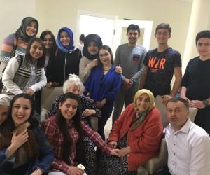 Niksar'da Üniversite öğrencileri yaşlıları ziyaret etti