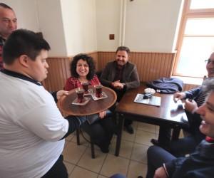 Özel çocuklardan müşterilere çay ve kahve servisi