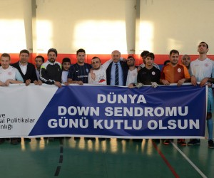 Vali Azizoğlu down sendromlu gençlerle futbol maçı yaptı