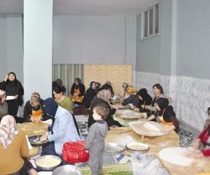 AK Partili kadınlar Mehmetçik için mantı açtı