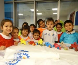 Oyuncak atölyesinde çocuklar yaptıkları oyuncakları boyadı