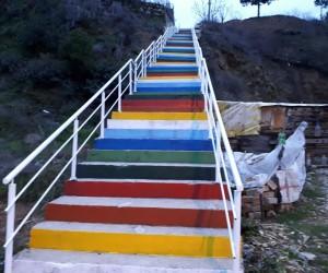 Merdivenler gökkuşağı renklerine boyandı
