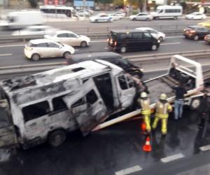 İstanbul'da sahil yolunda servis minibüsü alev alev yandı