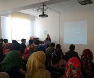 Aslanapa Ortaokulu öğrencilerine sağlıklı beslenme ve antibiyotik kullanımı semineri