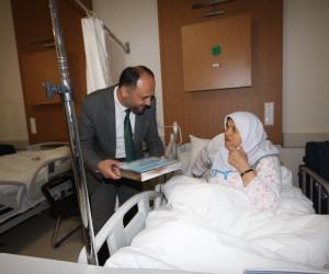 Başkan Özaltun'dan hastalara Kur'an-ı Kerim ve seccade hediyesi