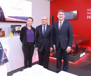 Başbakan Yardımcısı Mehmet Şimşek Vodafone standını ziyaret etti