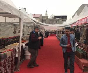 Patnos'ta açılan yöresel yiyecekler fuarı vatandaşlar tarafından yoğun ilgi görüyor