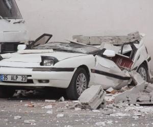 Rüzgar nedeniyle duvar çöktü, araçlar hurdaya döndü