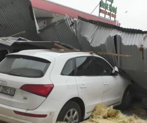Ağrı'da çatılar uçtu, araçlar çatıların altında kaldı