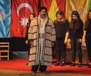 Öğrencilerin rol aldığı Kızıl Elma tiyatrosu sahnelendi
